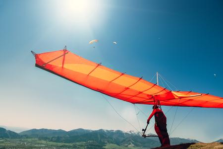 Hang-glider starting to fly 版權商用圖片 - 83349300