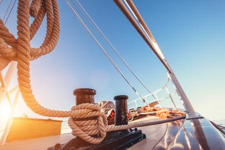 遠洋航海中に高級ヨット タックル