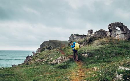 Llanes, 아스투리아스, 북부 스페인 근처 바다 해안 여행자