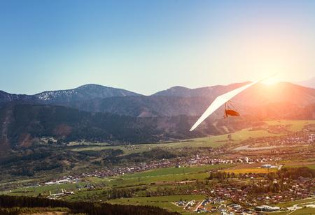 マウンテン バレー上空を飛ぶハング グライダー 写真素材 - 84157313