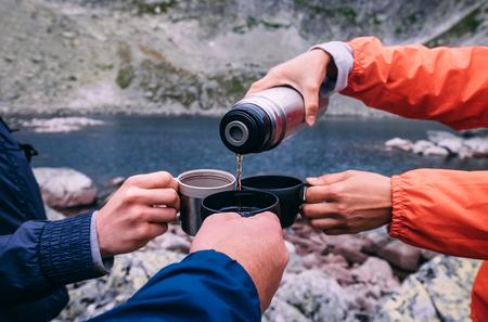 高タトラ山脈のスロバキアでのトレッキング中にティーブレイク 写真素材
