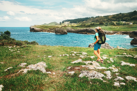 Meisje reiziger kijkt op mooi zee landschap