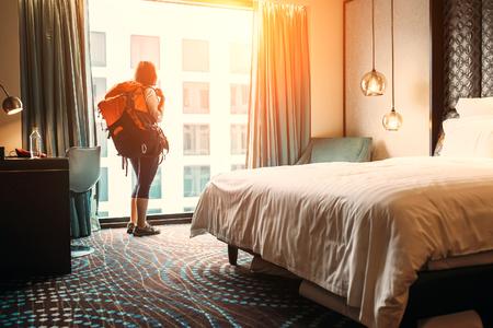 Frauenwanderer Reisenden Aufenthalt in hochwertigen Hotelzimmer Standard-Bild - 84879962