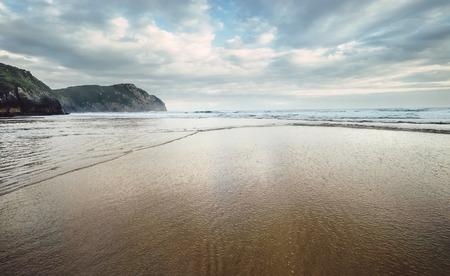 모래 해변, 북부 스페인에 파도 스톡 콘텐츠