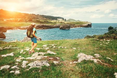 Girl traveler looks on beautiful sea landscape Stockfoto