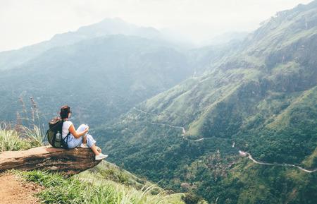 Kobieta podróżnik cieszyć się krajobrazem gór. Koncepcja podróży wakacje wędrówki z plecakiem w górach Zdjęcie Seryjne