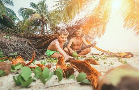 In Robinzones spielen: Vater und Sohn bauten eine Hütte aus Palmenzweigen Standard-Bild