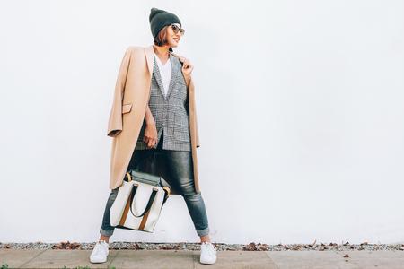 Look de moda de la calle. Mujer vestida con traje de varias capas para los días de otoño Foto de archivo