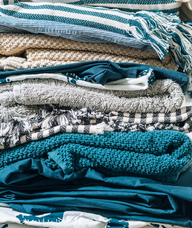 Immagine ravvicinata di tessili per la casa piegati. Immagine del concetto di lavoro a casa.