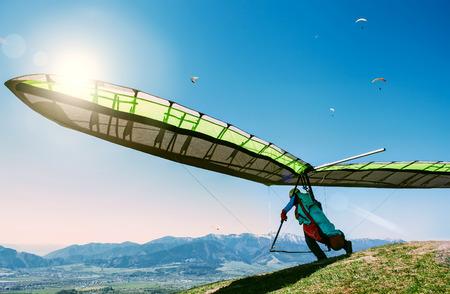 Lancement de deltaplane depuis le sommet d'une colline