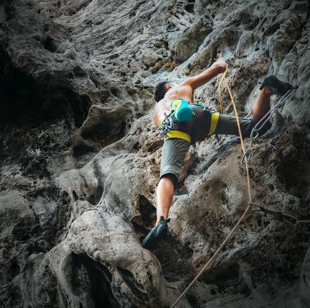 Young man mountain climber training on climbing route 版權商用圖片