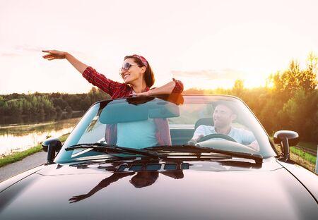 Coppia innamorata in viaggio in cabriolet