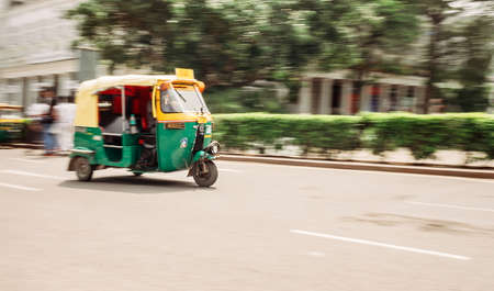Moto Rickshaw in moution, New Delhi, India. Standard-Bild