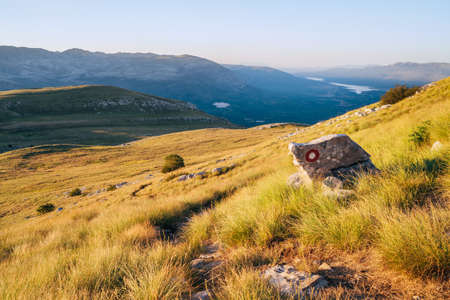 Hiking trail mark painted on rock. Landscape view from Sinjal or Dinara (1831 m) mountain -the highest point of Croatia in the Dinaric Alps on the border between the Croatia and Bosnia and Herzegovina Standard-Bild