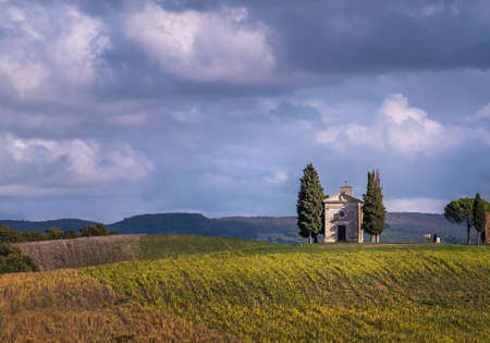 Cappella della Madonna di Vitaleta curch losted in endless Tuscany fields. Famous landmark place in Italy. 免版税图像