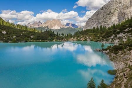 Lake Sorapiss or Lago di Sorapiss - mountain  1925m altitude lake with unique turquoise color water in Belluno province in Nothern Italy. 免版税图像