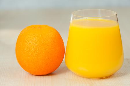 Delicioso zumo de naranja recién exprimido en un vaso transparente Foto de archivo