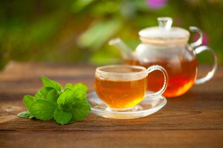 köstlicher grüner Tee in einer schönen Glasschüssel auf einem Tisch Standard-Bild