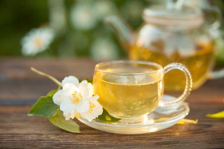 köstlicher grüner Tee in einer schönen Glasschüssel auf einem Tisch