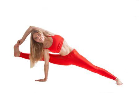 mooie vrouw met een goed figuur doet yoga