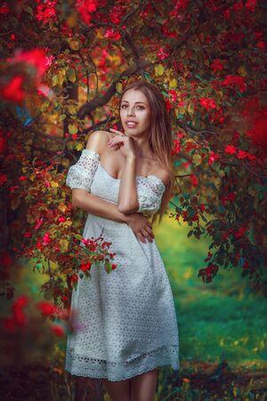 beautiful girl in the cherry garden in spring Imagens