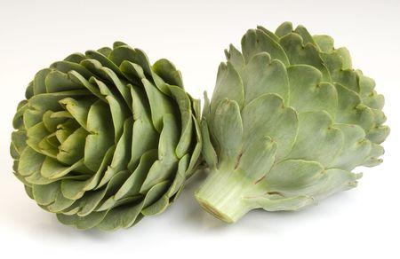 agricultura: sabrosas y frescas alcachofas crudas
