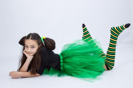 molto bella ragazza adolescente in abito verde su sfondo bianco