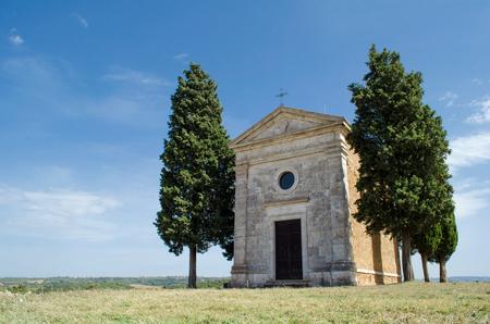 val dorcia: Church in Val dOrcia, Tuscany, Italy. Cappella di Vitaleta chapel found near San Quirico dOrcia.