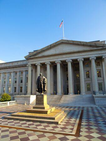 departamentos: El edificio del Tesoro en Washington, D.C., conocido tambi�n como el departamento del Tesoro, es un hito hist�rico nacional, edificio que es la sede del Departamento del Tesoro de los Estados Unidos. El edificio sufri� un incendio en 1922. Foto de archivo