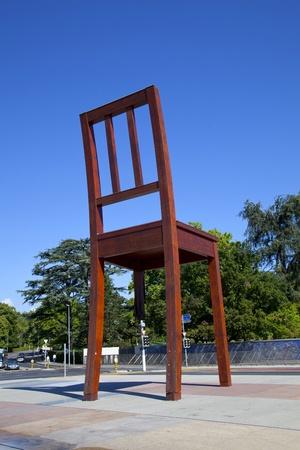 """naciones unidas: Ginebra, Suiza - el 17 de agosto de 2011: """"silla rota"""" monumento en la """"Place des Nations Unies"""" cuadrado en Ginebra, Suiza. Silla rota es una monumental escultura en madera por el artista suizo Daniel Berset, construida por el carpintero Louis Genve."""