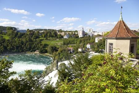eiszeit: Der Rheinfall ist 150 m breit und 23 m hoch. Der Rheinfall wurden in der letzten Eiszeit, etwa 14.000 bis 17.000 Jahren, von abbrandfestem Felsen Einengung des Flussbettes. Lizenzfreie Bilder