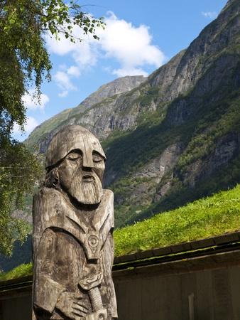 vikingo: Estatua de madera vikingo en el fiordo de Gudvangen