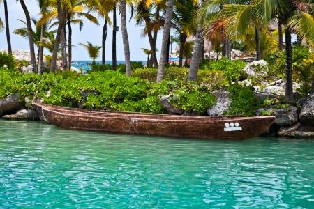 Canoa amarrada con símbolos mayas que representan el número 8 Foto de archivo