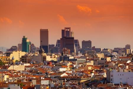 日没で、スペインの高層ビルとマドリード スカイライン