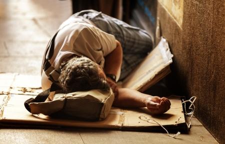 マドリッドの通りの床で認識できないホームレス睡眠 写真素材