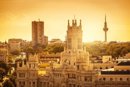 Palacio Comunicaciones とアルカラ門マドリード スカイライン 写真素材 - 21686707