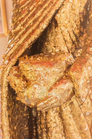 limosna: estatua de Buda de edad s�lo aparece cuenco de las limosnas Foto de archivo