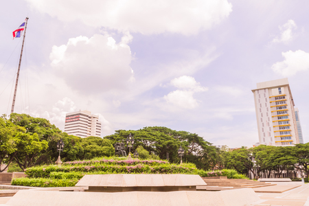 vi: Bangkok, Thailand - June 5, 2016: King Chulalongkorn and King Vajiravudth (Rama V and VI) statue at front of University with background of Faculty of Engineering and Faculty of Science buildings Editorial