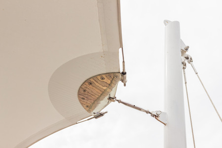 Détails de construction: Support en acier inoxydable à la poteau rond en acier de toile de toit avec fond de ciel blanc Banque d'images - 89406606