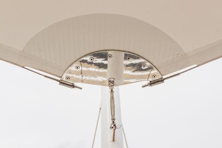 Détails de construction: Support en acier inoxydable à tour de poteau en acier de toit canvan avec fond de ciel blanc Banque d'images - 89725672