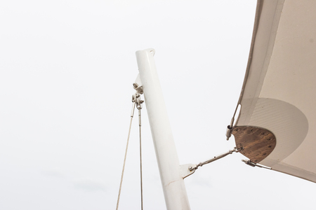 Détails de construction: Support en acier inoxydable à la poteau rond en acier de toile de toit avec fond de ciel blanc Banque d'images - 89406426