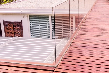 Construction details : Tempered glass balustrades on wooden roof deck