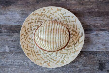 chapeau de paille: Chapeau de paille sur fond de bois