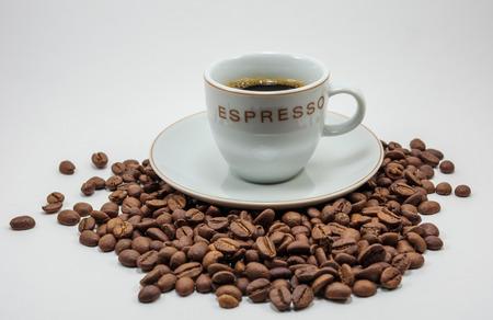 granos de cafe: taza de café en granos de café Foto de archivo