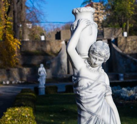 diosa griega: Escultura de la antigua diosa griega en el parque
