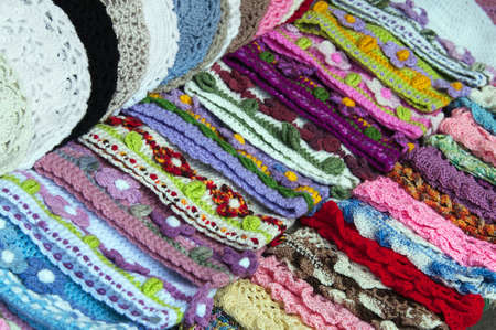 beanies: Varicolored de punto gorritas tejidas en el mercado