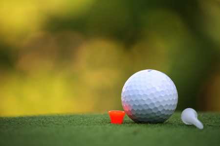 Golf ball and tee in the evening golf course with sunshine in thailand Banque d'images