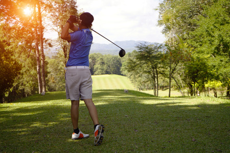 Golfer playing golf in beautiful golf course in the evening golf course with sunshine in thailand 免版税图像
