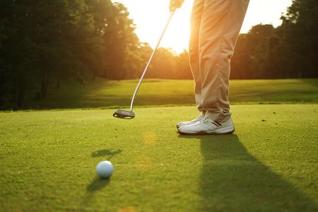 Golfers zetten 's avonds golf in de achtergrond van de golfbaangolf in Thailand Stockfoto