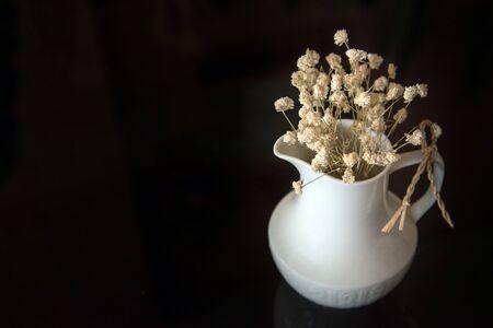 flores secas: flores secas en un florero sobre fondo oscuro Foto de archivo